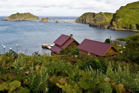 Хотелски комплекс на острву Монерон. Управа острва намерно ограничава број туриста који долазе у току године како би што мање утицали на нетакнуту природу.